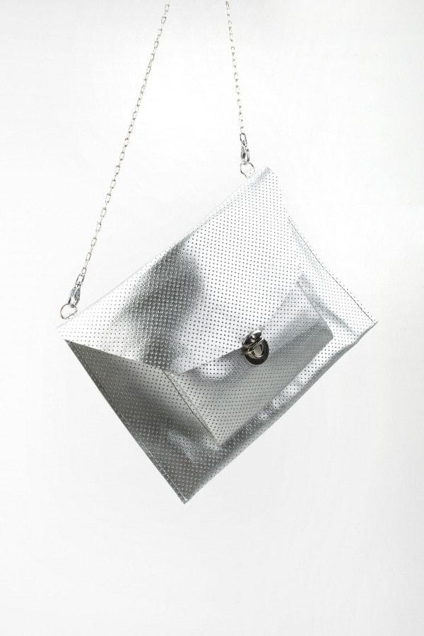 Stříbrná kabelka z perforované kůže