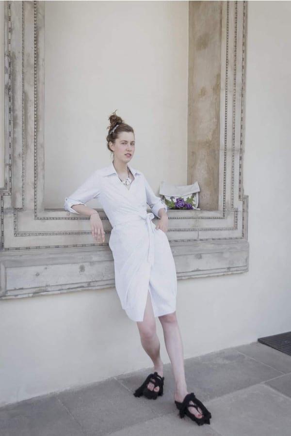 Zavinovací bílé šaty s límcem