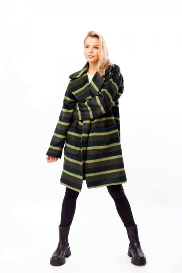 zimní kabát s pruhy