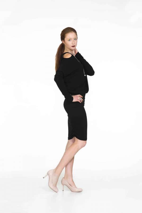 Černé šaty s prostřihy na ramenou
