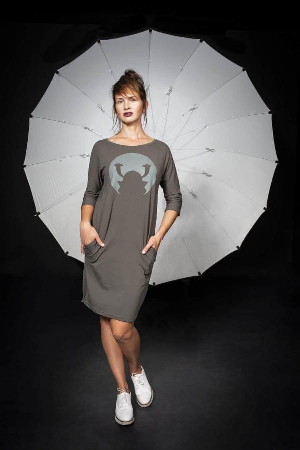 Úpletové šaty Samourai Design s potiskem khaki