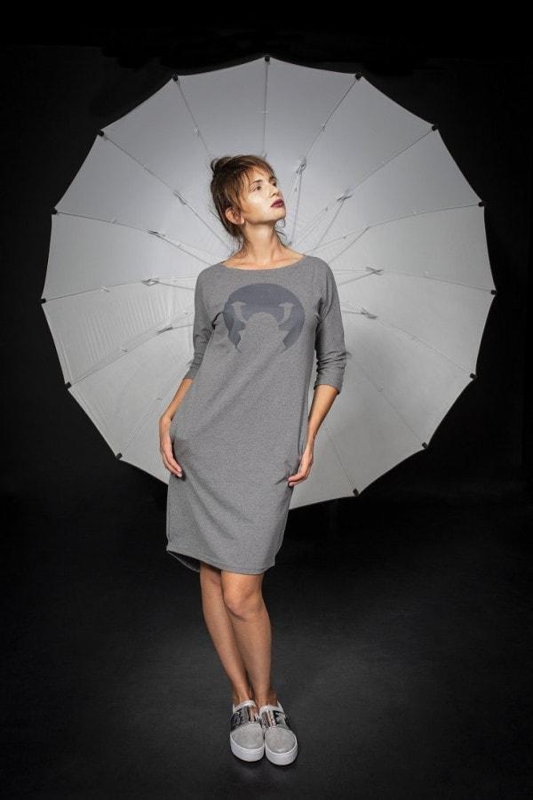 Úpletové šaty Samourai Design s potiskem šedé