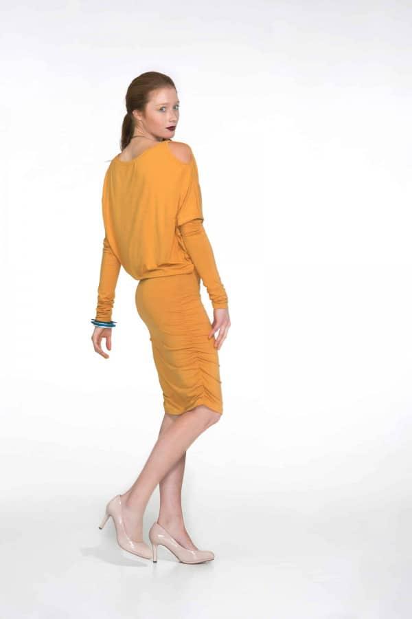 Žluté šaty s prostřihy na ramenou