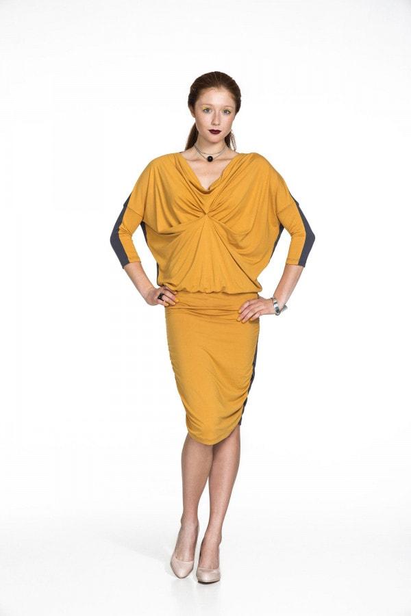 Žluto-šedé šaty se staženým předním dílem