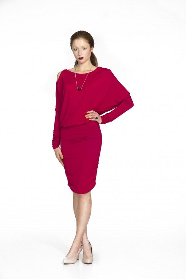 červené šaty s prostřihy na ramenou