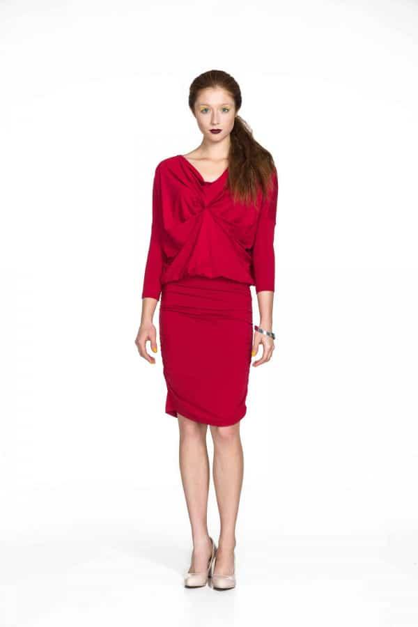 červené šaty se staženým předním dílem